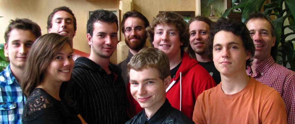 Rangée du haut : Olivier Charbonneau, Gabriel Trahan, Guillaume Lanthier, Maxime Lusignan, Louis Villeneuve, Thierry Leblanc-Fontaine, Martin Dupuis. Rangée du bas : Audrey Roy, Michael-William Cagelet, Maxwell Bouchard